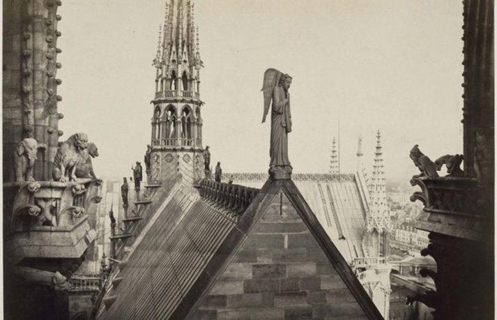 Vue de Notre-Dame de Paris avec la flèche et l'ange du Jugement dernier